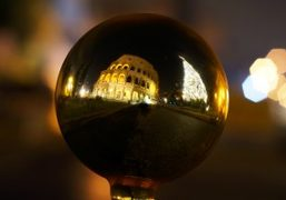 Holiday spirit in front of the Colosseum in Rome.Photo Gabriele Malaguti