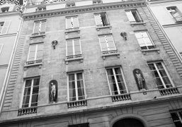 Beautiful sculptures nestled within a buildings facade, Paris. Photo Olivier Zahm