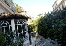 The residence with private apartment in the back of the Villa Laetitia,...