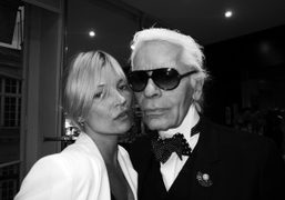 Kate Moss pays a friendly visit to Karl Lagerfeld while he works…