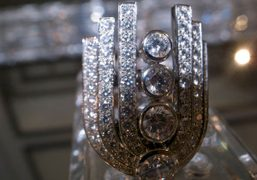 The Chanel fountain ring in 18 carat white gold encrusted in 100…