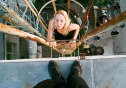 Jen Gilpin climbing on the roof, Berlin Weissensee. Photo Maxime Ballesteros