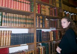 Vanna Youngstein in a bookstore of rare books, New York. Photo Olivier…